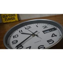 Retro wandklok met datumschijf