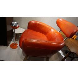 Prachtig rood leren design fauteuil met uitnodigende zit